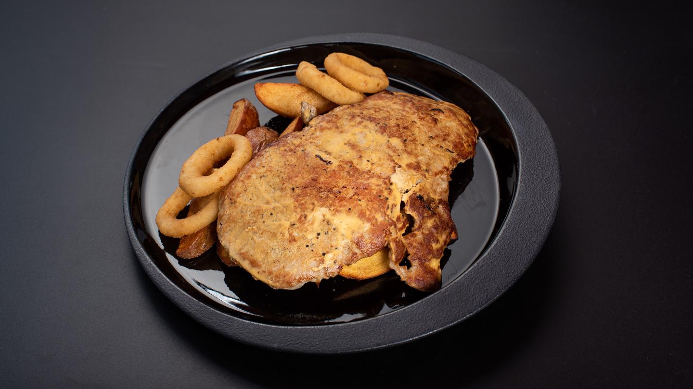 Fűszeres mustáros sertés karaj házi cikk burgonyával rántott hagymakarikával