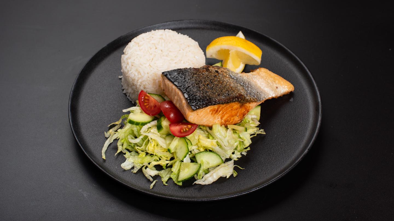 Roston sült lazacfilé , jázmin rizzsel, kevert salátával
