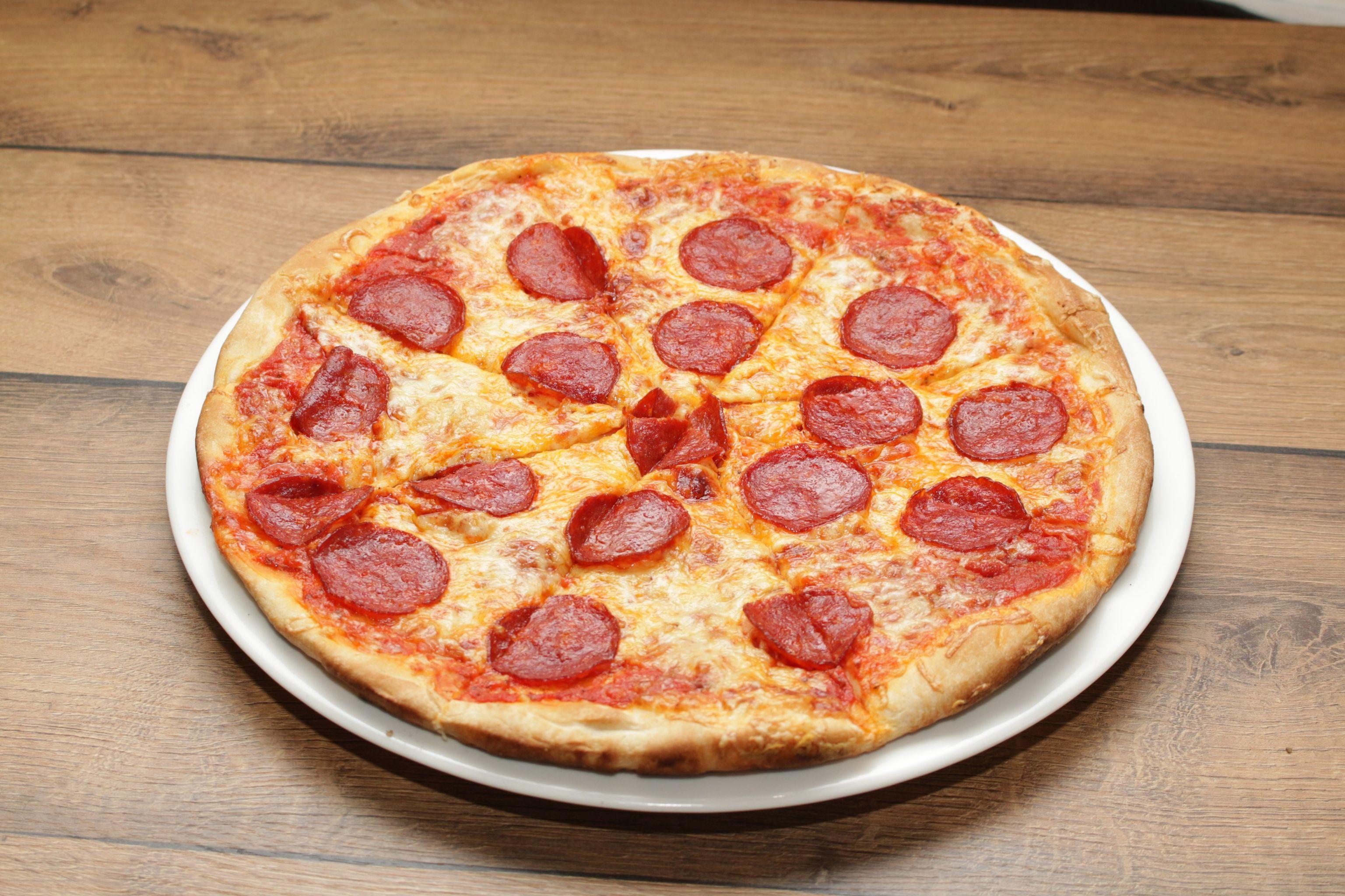 Pikáns szalámis pizza