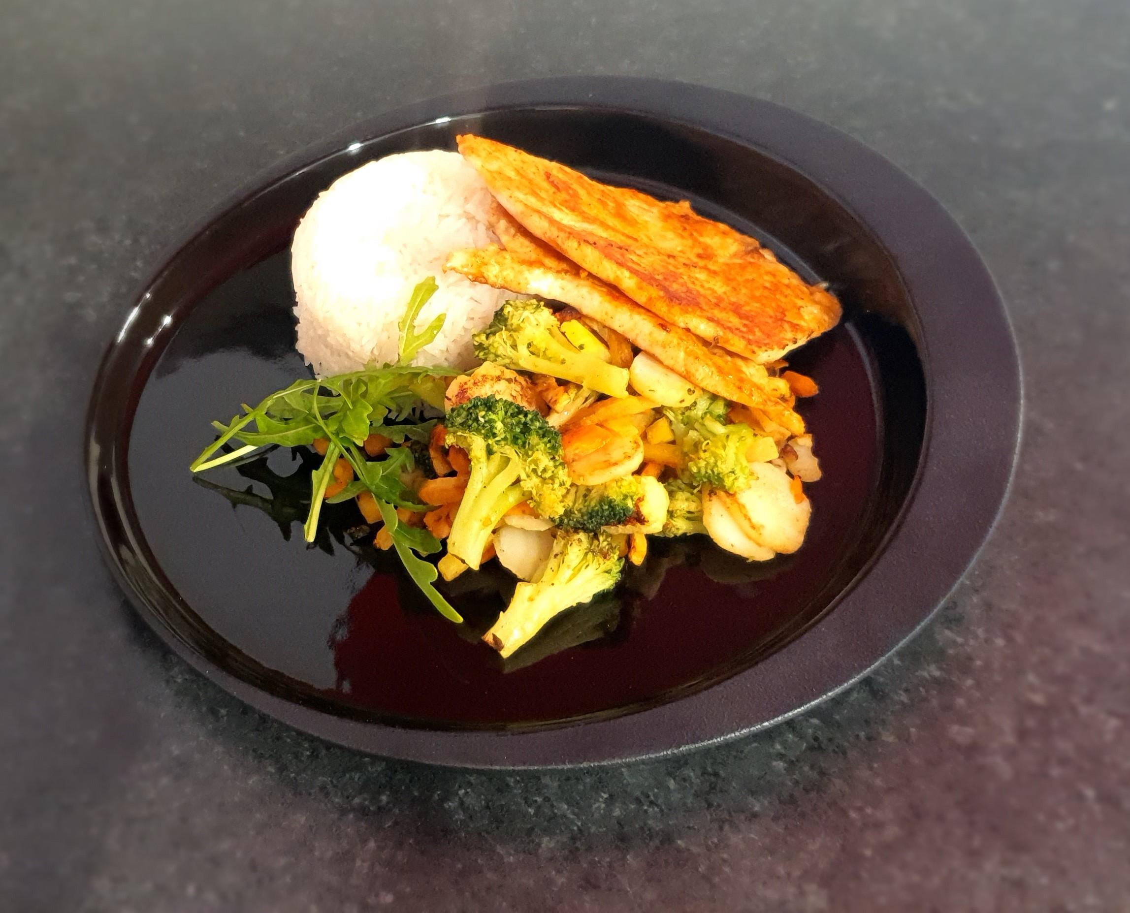 Roston sült csirkemell jázmin rizzsel wokzöldségekkel