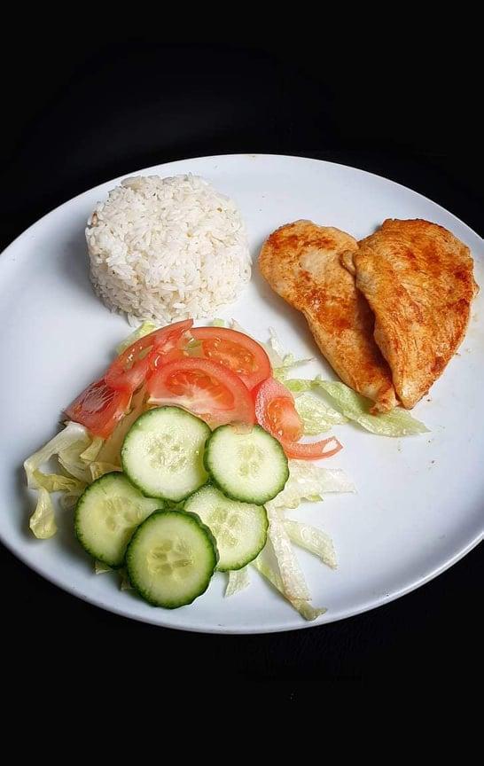 Roston sült csirkemell jázmin rizzsel friss salátával