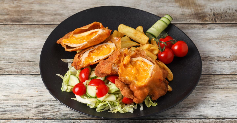 Cheddarral-sonkával töltött csirkemell, házi morzsában rántva csónakburgonyával,friss saláta