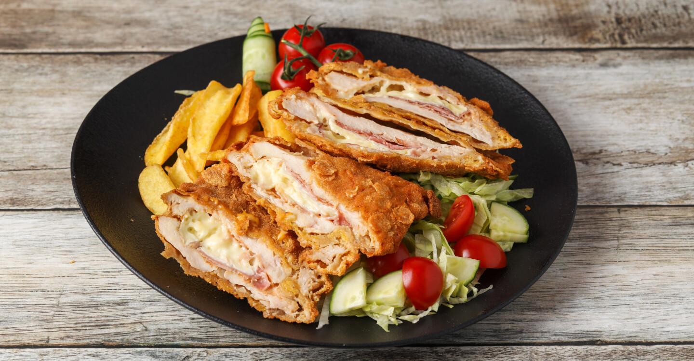 Camemberttel és fekete erdei sonkával töltött csirkemell , cornflakes bundába forgatva, csónakburgonyával,friss salátával