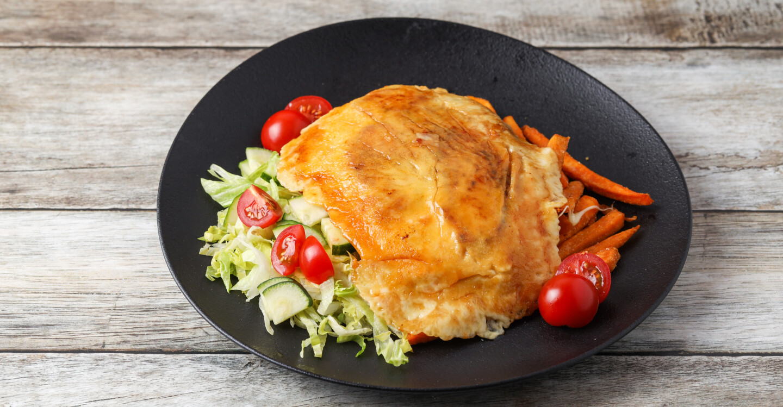 Cheddar-cheese chicken ropogós édesburgonya hasábbal, friss salátával