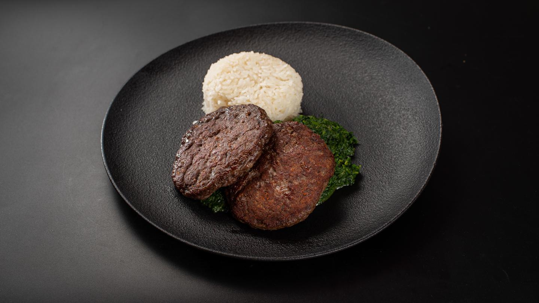 Edzés utáni töltés roston marhahúspogácsával (28 dkg), jázmin rizs, spenót
